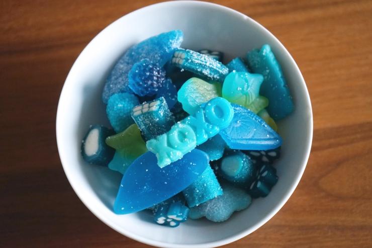 suessigkeiten-monochrome-blau